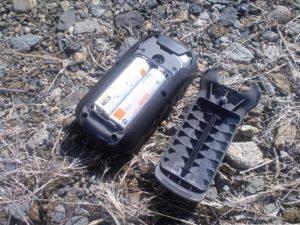 電池交換のカバーを開けてみました。単 3 電池 2 本が入っています。